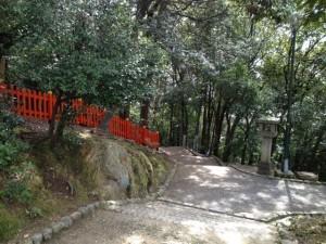 船岡山上 朱塗りの柵